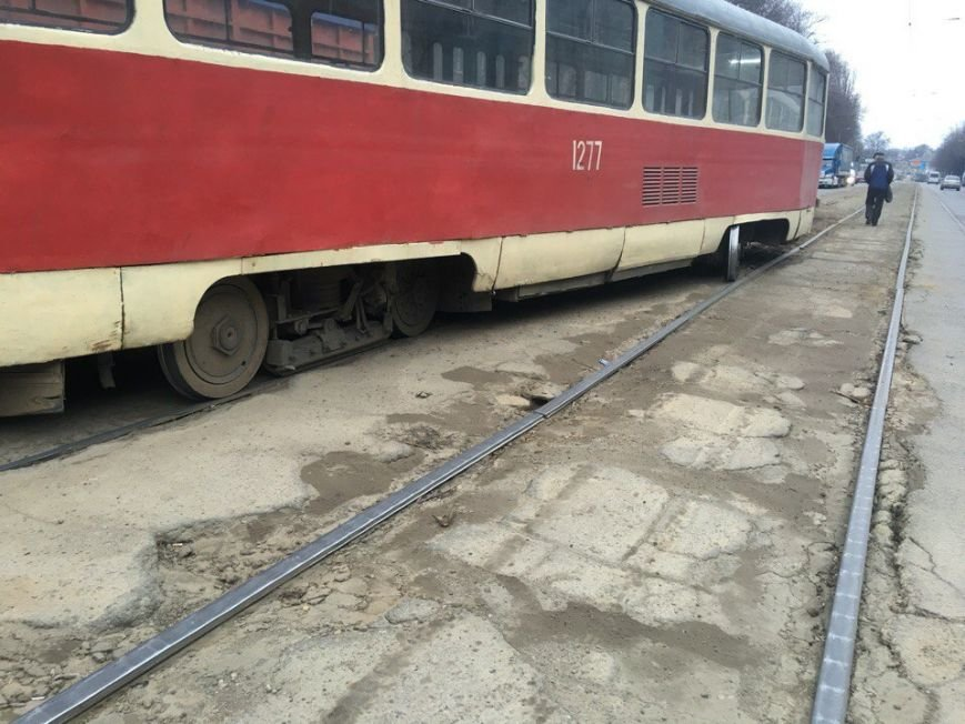 На проспекте Ивана Мазепы сошел с рельсов очередной трамвай (ФОТО) (фото) - фото 4