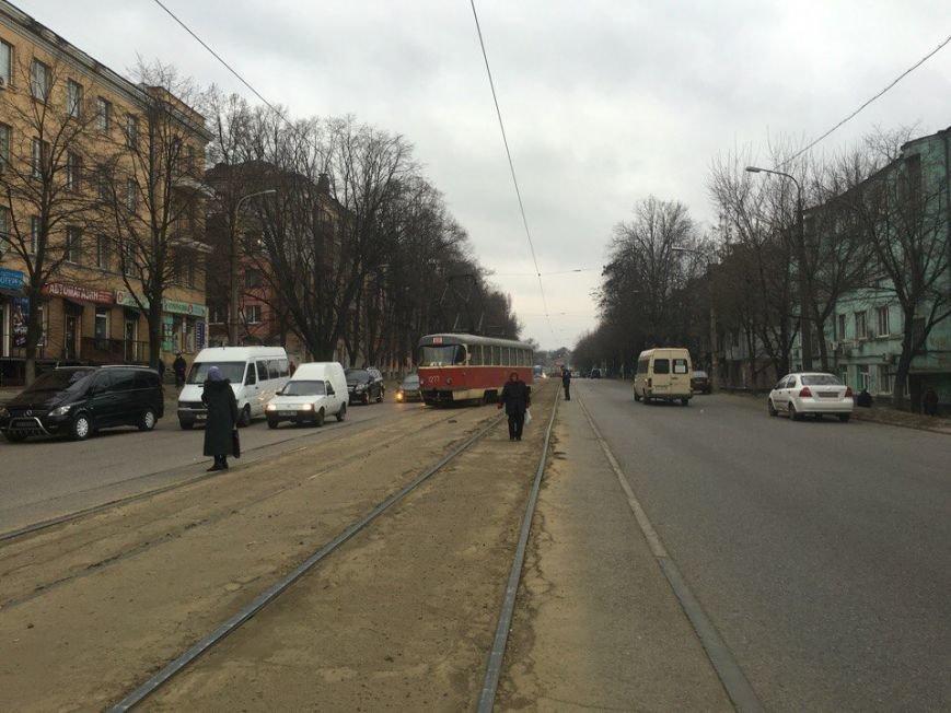 На проспекте Ивана Мазепы сошел с рельсов очередной трамвай (ФОТО) (фото) - фото 3