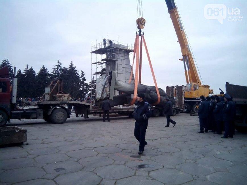 Боле суток понадобилось  на снос памятника Ленину в Запорожье (фото) - фото 5