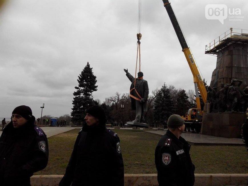 Боле суток понадобилось  на снос памятника Ленину в Запорожье (фото) - фото 1