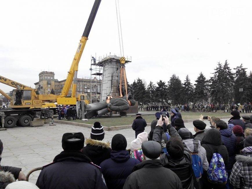 Боле суток понадобилось  на снос памятника Ленину в Запорожье (фото) - фото 6