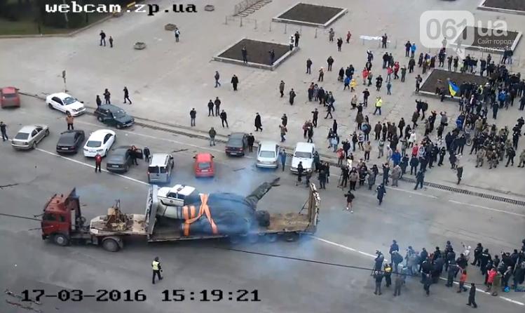 Боле суток понадобилось  на снос памятника Ленину в Запорожье (фото) - фото 9