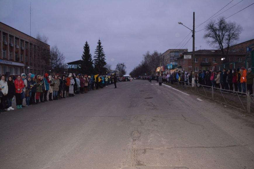 На Полтавщині живим ланцюгом зустрічали тіло загиблого бійця АТО (ФОТО) (фото) - фото 1