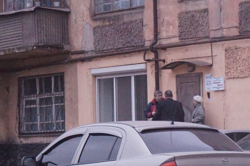 Активисты  пикетировали здание, где собралась чиновники Кривого Рога с  эмиссаром Виктора Медведчука (ФОТО) (фото) - фото 1