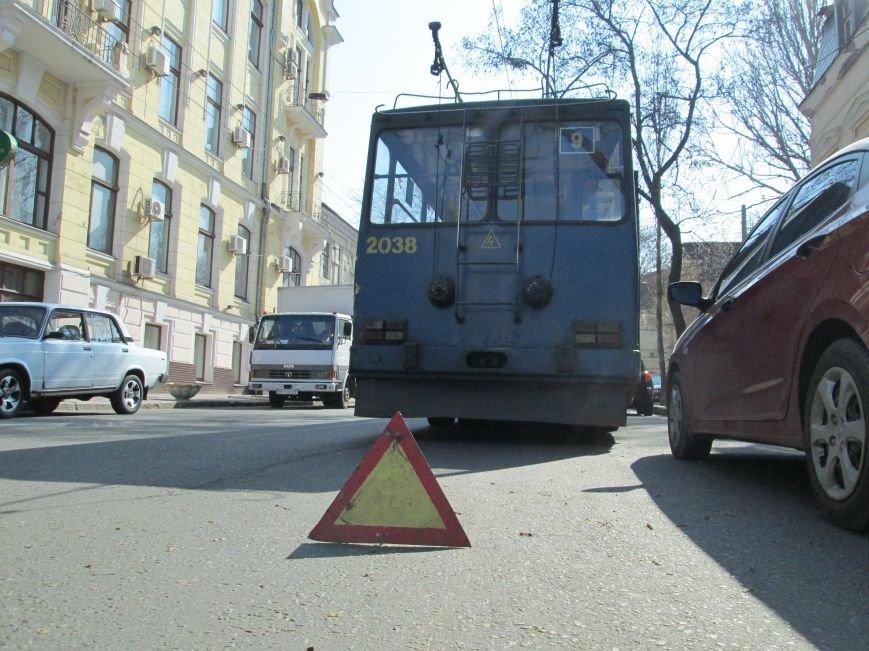 315235e6a7bfefe8a550f399c53a61c7 В центре Одессы у троллейбуса взорвалось колесо