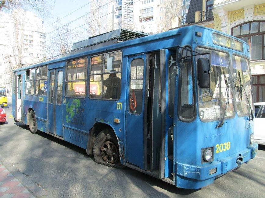 c5b869a4ad6b75f181f85dd732040968 В центре Одессы у троллейбуса взорвалось колесо
