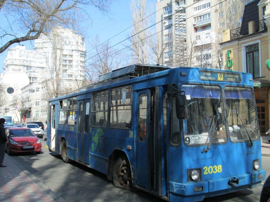 d786861e78f2f6139c57d8fb980e70fb В центре Одессы у троллейбуса взорвалось колесо