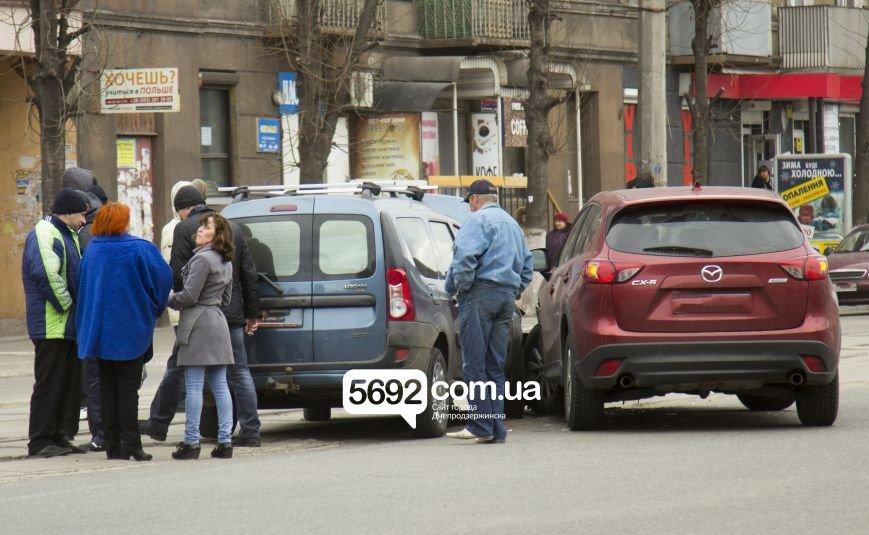 В Днепродзержинске в ДТП на проспекте Тараса Шевченко столкнулись Dacia и Mazda, фото-1