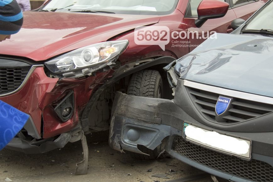 В Днепродзержинске в ДТП на проспекте Тараса Шевченко столкнулись Dacia и Mazda, фото-3