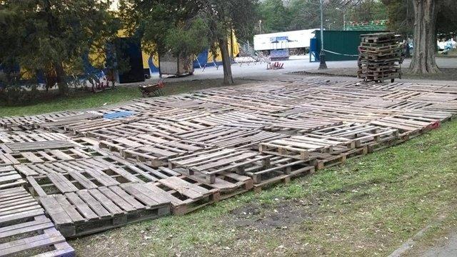 В Днепропетровске прямо на газоне развернули цирк (ФОТОФАКТ) (фото) - фото 2