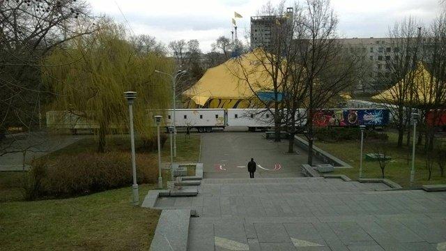 В Днепропетровске прямо на газоне развернули цирк (ФОТОФАКТ) (фото) - фото 3