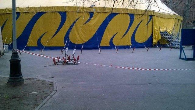 В Днепропетровске прямо на газоне развернули цирк (ФОТОФАКТ) (фото) - фото 1