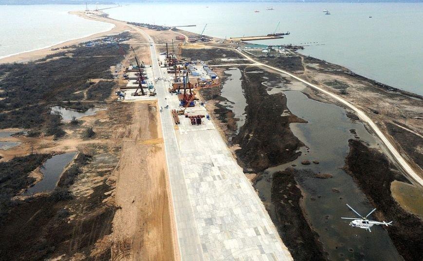 Президент с вертолета осмотрел стройку Крымского моста (ФОТО) (фото) - фото 5