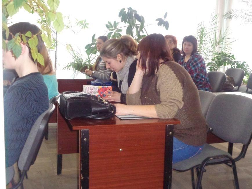 «Захочеш – і будеш!» - в Красноармейской городской библиотеке имени Т. Г. Шевченко поговорили об удивительной Эмме Андиевской (фото) - фото 13