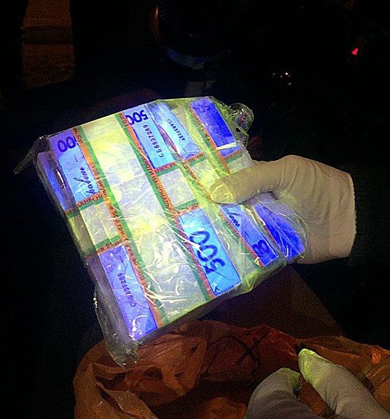 У Львові на хабарі у 300 000 гривень затримали банкіра (ФОТО) (фото) - фото 1