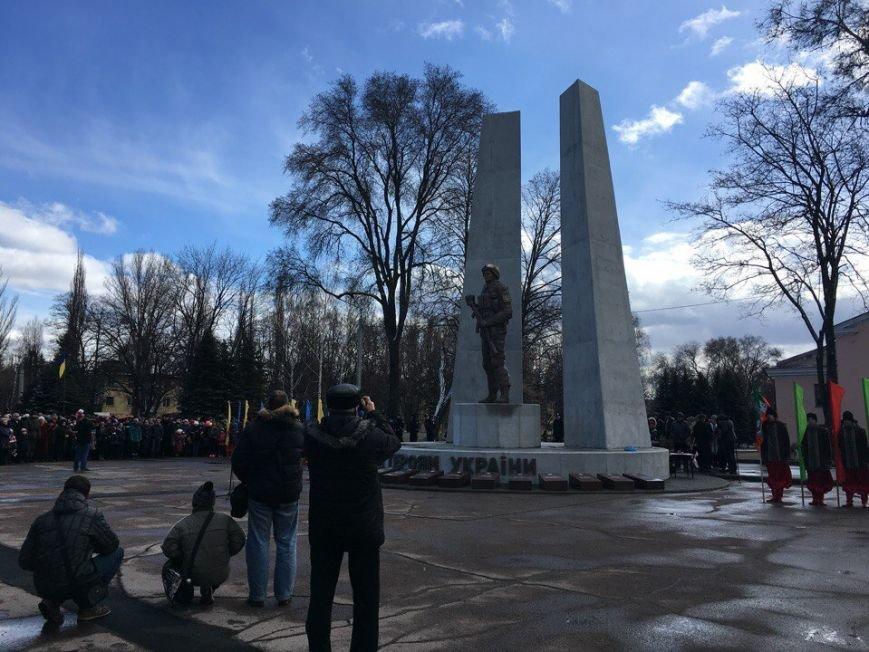 В Кривом Роге торжественно открыт первый в Украине монумент памяти погибшим в зоне АТО Героям (ФОТО) (фото) - фото 1