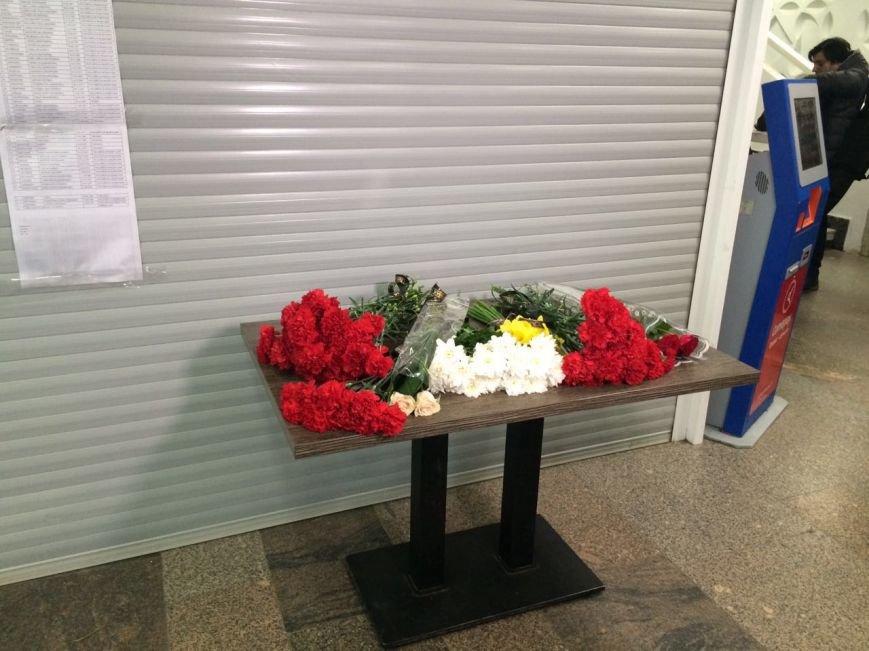 Горожане несут цветы к терминалу ростовского аэропорта, фото-1