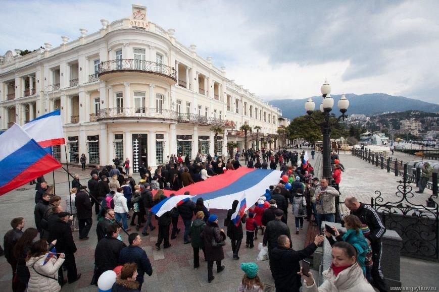 Ялтинцы отметили вторую годовщину воссоединения Крыма с Россией шествием по набережной и митингом (ФОТО), фото-1