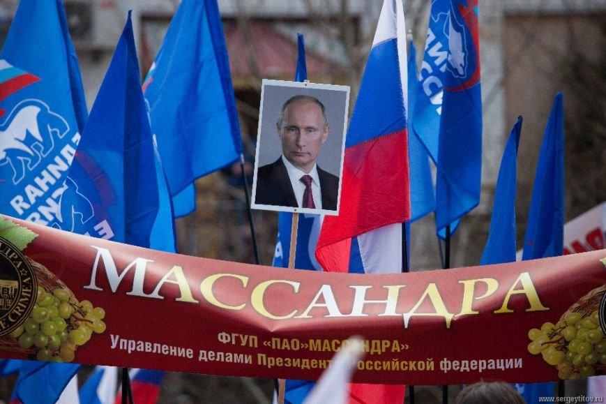 Ялтинцы отметили вторую годовщину воссоединения Крыма с Россией шествием по набережной и митингом (ФОТО), фото-2