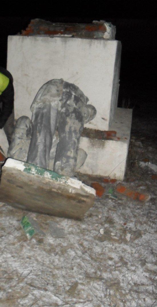 Под Харьковом упали еще два Ленина (ФОТО) (фото) - фото 1