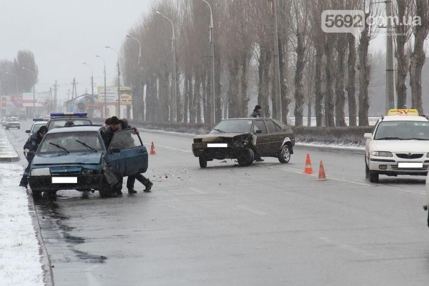 В Днепродзержинске на проспекте Юбилейном в ДТП столкнулись «восьмерка» и Citroen (фото) - фото 2