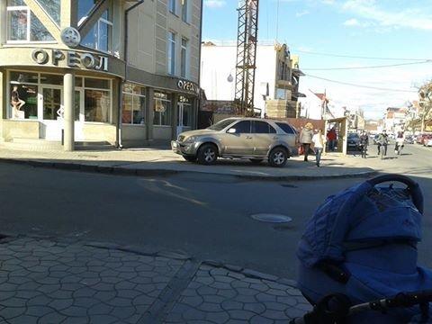 В Ужгороді водій показав, як вміє паркуватися на тротуарі (фото) - фото 1