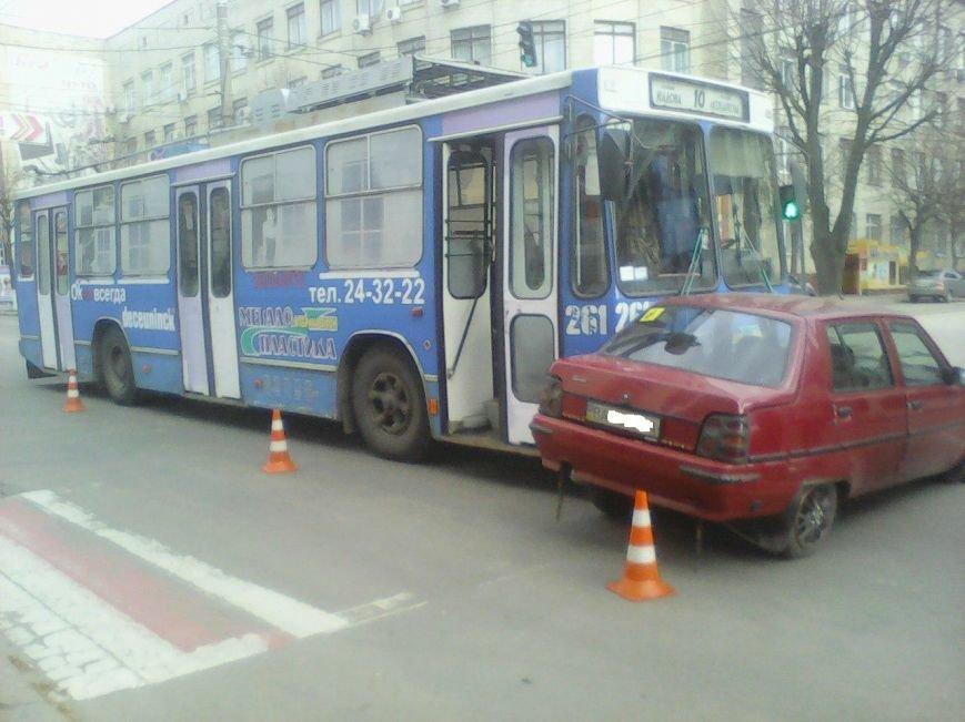 В Кировограде троллейбус протаранил легковой автомобиль. ФОТО (фото) - фото 1