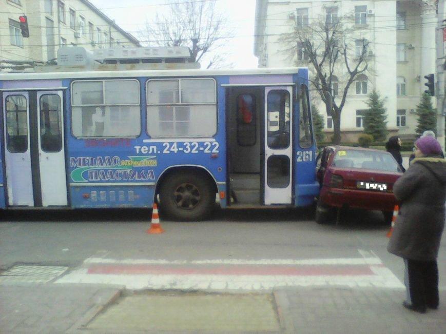 В Кировограде троллейбус протаранил легковой автомобиль (ФОТО), фото-3