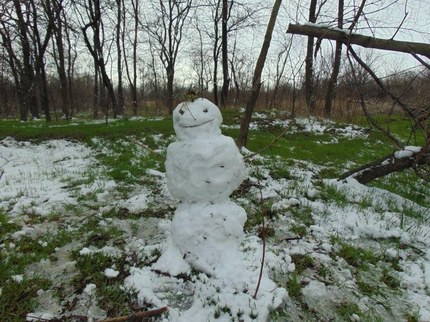 В Мариуполе появились весенние снеговики (ФОТОФАКТ) (фото) - фото 1