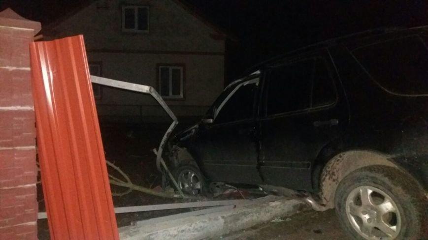 Поблизу Львова автівка протаранила паркан: фото з місця ДТП (ФОТО), фото-2