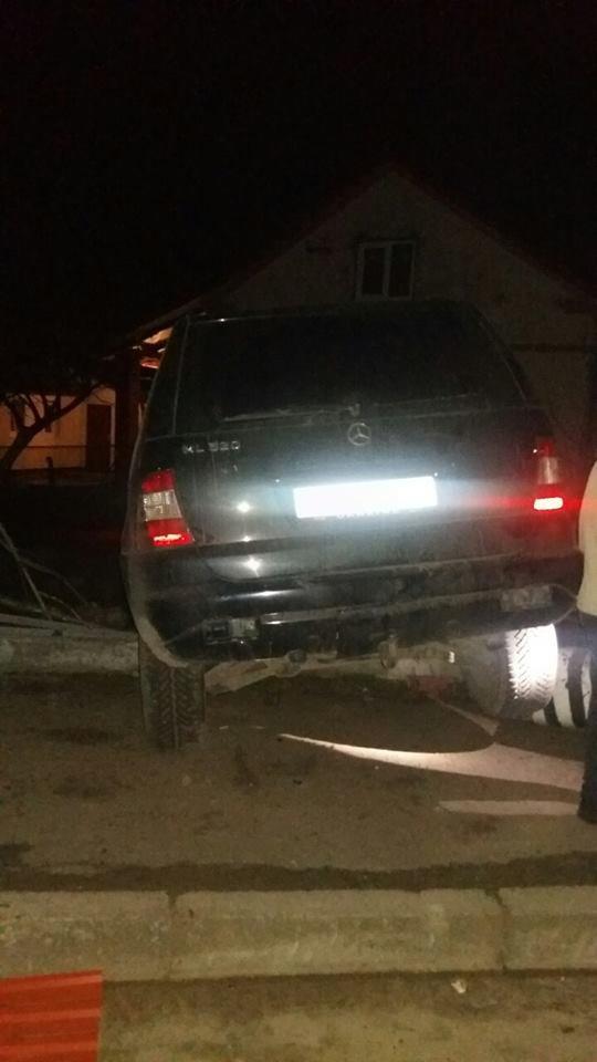 Поблизу Львова автівка протаранила паркан: фото з місця ДТП (ФОТО), фото-3