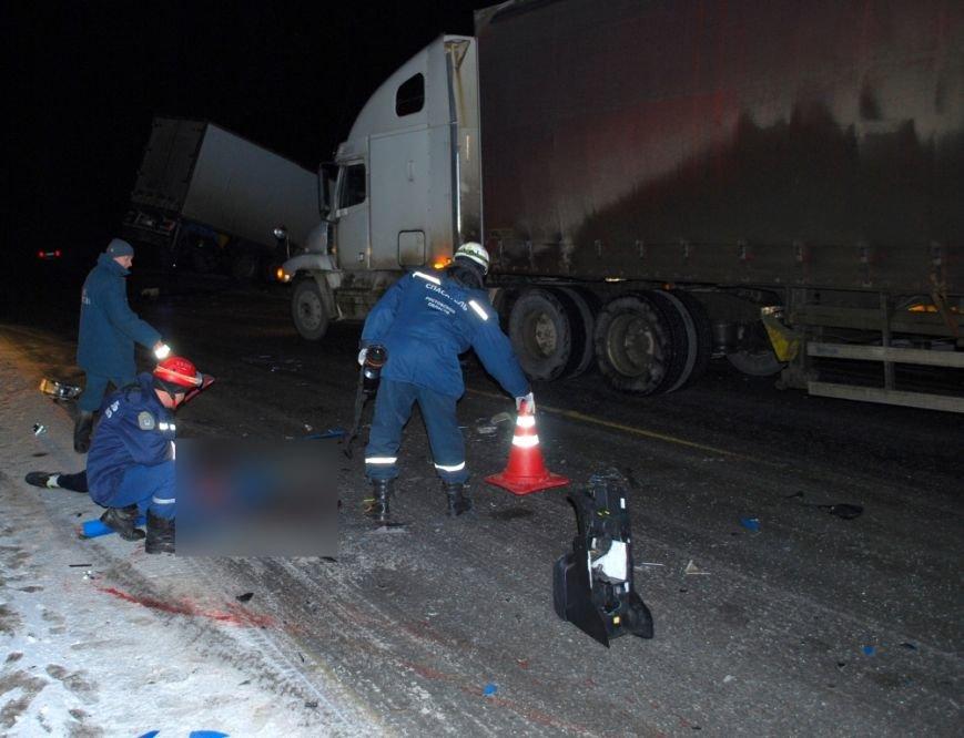 На трассе М-4 «Дон» в столкновении фуры и внедорожника погиб человек (фото) - фото 1