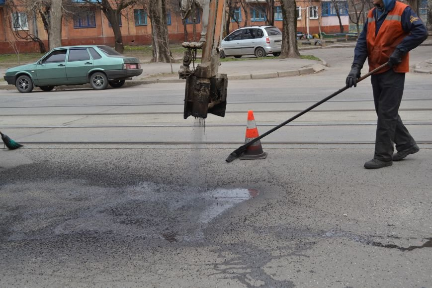 Для ямочного ремонта дорог в Кривой Рог приехал автогудронатор и бригада дорожников из Днепропетровска (ФОТО), фото-9