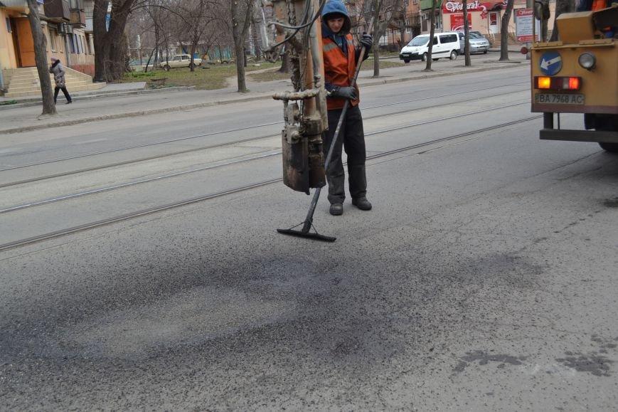 Для ямочного ремонта дорог в Кривой Рог приехал автогудронатор и бригада дорожников из Днепропетровска (ФОТО), фото-2