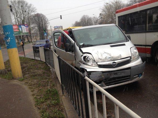 На перехресті вулиць Липинського та Замарстинівської зіштовхнулись два автомобілі: є потерпілі (фото) - фото 1