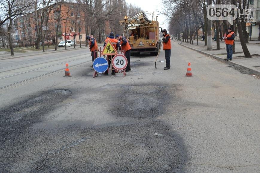 В Кривом Роге: дороги ремонтирует бригада из Днепропетровска, горизбирком не проголосовал за наблюдателей Семенченка, у АТОшника хотели отобрать авто (фото) - фото 1