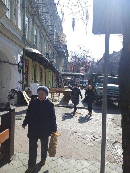 В Одессе разбирают веранду ресторана, который отбирал тротуар (ФОТО), фото-1
