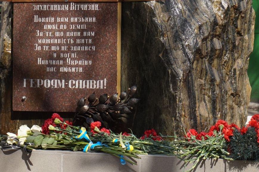 В Криворожском Центре подготовки и переподготовки рабочих кадров увековечили в камне память о своих учениках, погибших в АТО (ФОТО) (фото) - фото 1