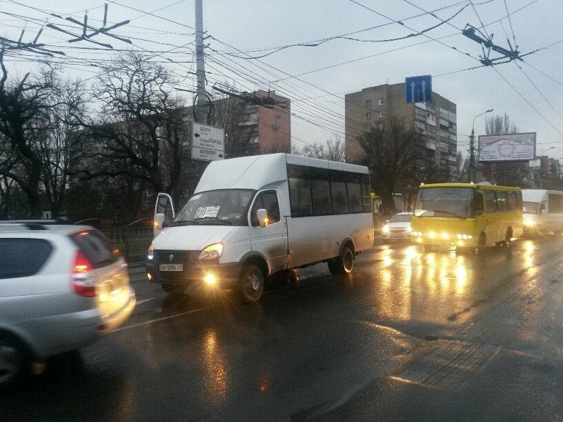 В Мариуполе легковушка столкнулась с маршруткой (ФОТО), фото-1