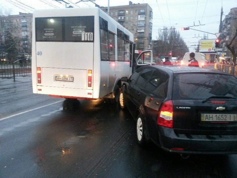 В Мариуполе легковушка столкнулась с маршруткой (ФОТО), фото-3