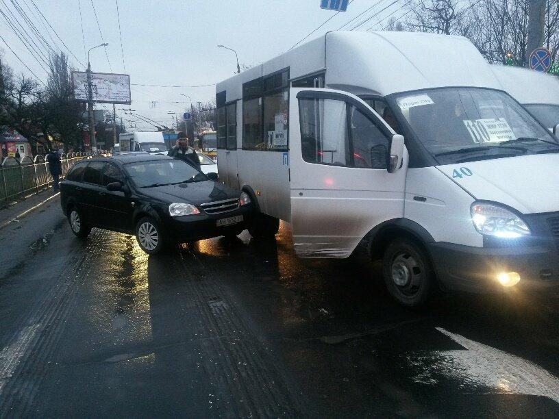 В Мариуполе легковушка столкнулась с маршруткой (ФОТО), фото-2