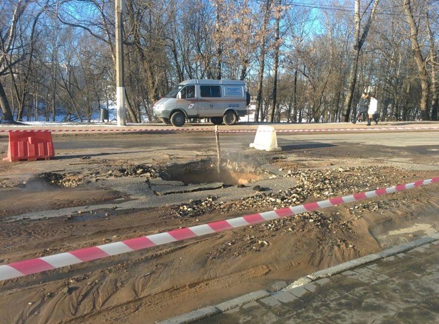 В Центральном районе Твери, возле цирка, произошел прорыв теплотрассы (фото) - фото 2
