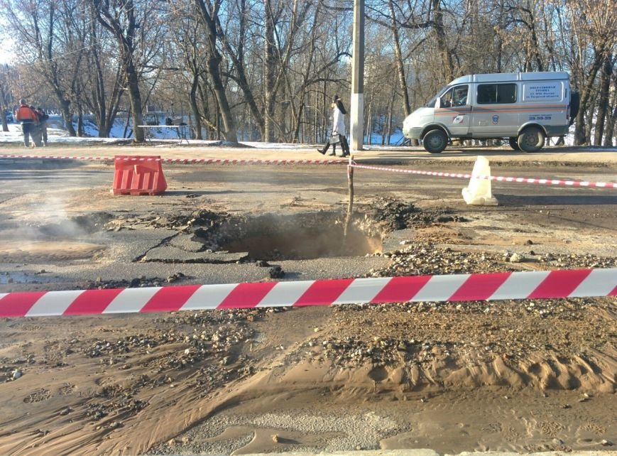 В Центральном районе Твери, возле цирка, произошел прорыв теплотрассы (фото) - фото 1