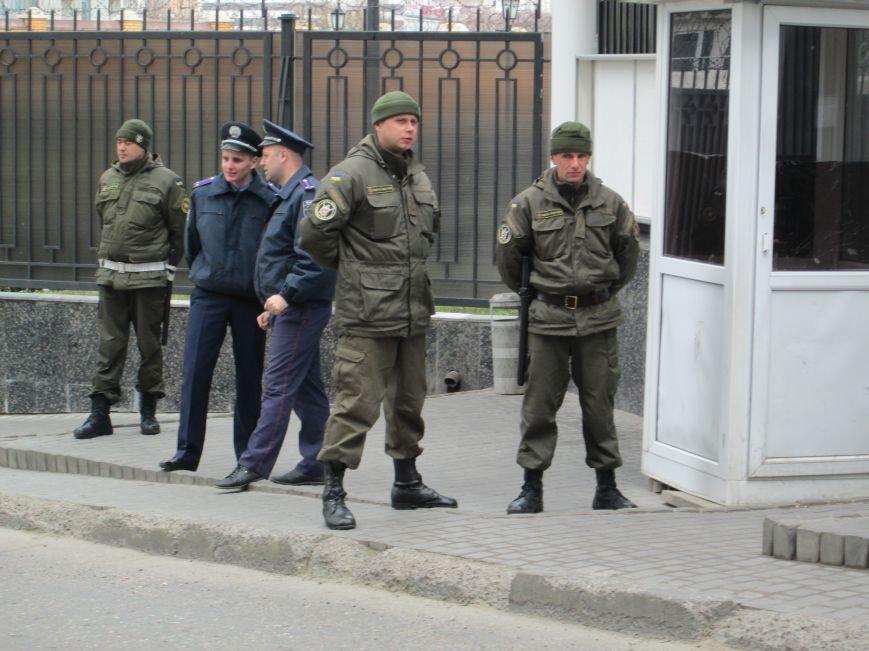 1f3865e5b43ea5d9f3cd48f5f718b33a Одесситы забросали яйцами консульство России