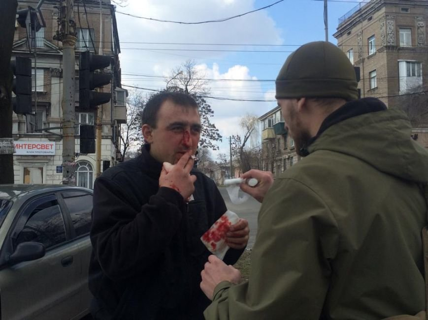 На перекрестке Артема и Итальянской помощь  пострадавшим в аварии оказывал военный (ФОТО+ ВИДЕО), фото-7