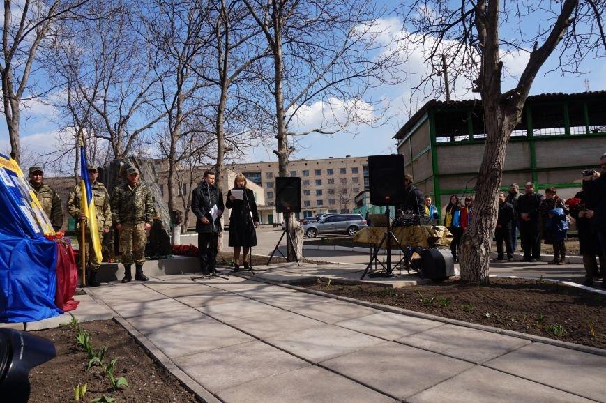 Ученики с преподавателями инициировали создание памятного знака своим выпускникам, погибшим в зоне АТО (ФОТО) (фото) - фото 1