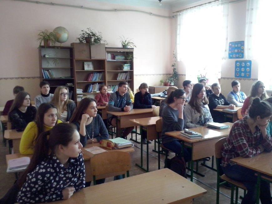 Добропольские полицейские рассказали школьникам о вреде наркотиков, сигарет и алкоголя (фото) - фото 1