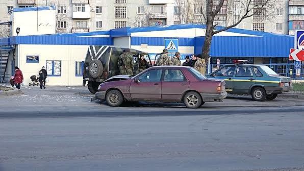 На проспекте Строителей в Мариуполе военные попали в ДТП (Фотофакт), фото-2