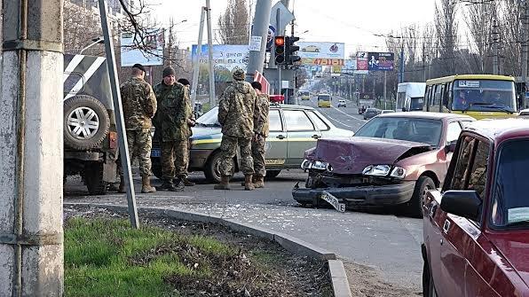 На проспекте Строителей в Мариуполе военные попали в ДТП (Фотофакт), фото-3
