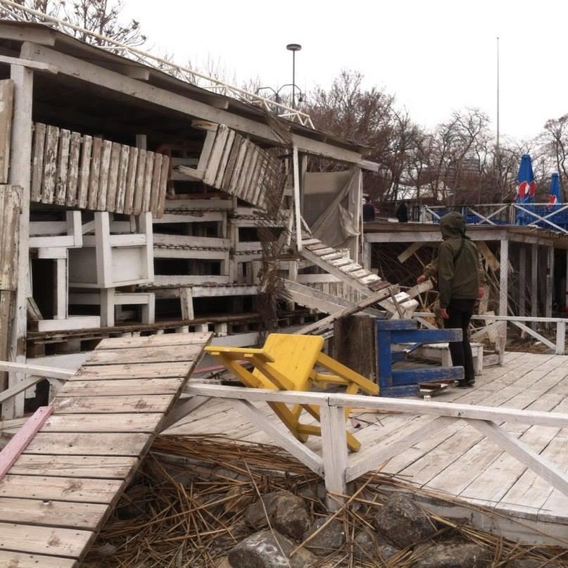 97764891a3fdf604867c7280c8fb7b4c Одесские активисты разгромили навесы и спасательную вышку на Ланжероне